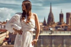 Foto der jungen weiblichen Modellaufstellung im Freien stockfoto