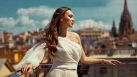 Foto der jungen weiblichen Modellaufstellung im Freien lizenzfreies stockbild