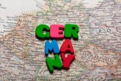 Foto der Karte von Deutschland und von bunten Buchstaben auf dem wunderbaren Ba Stockfotografie