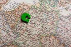 Foto der Karte von Deutschland und von grünem Buchstaben auf dem wunderbaren backgr Stockbilder