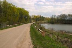 Foto der Landstraße mit See Stockbilder