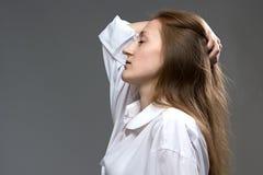 Foto der müden Frau mit geschlossenen Augen Stockbild