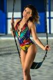 Foto der Mode im Freien des herrlichen lächelnden Mädchens Stockfoto