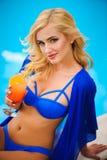 Foto der Mode im Freien der schönen sinnlichen Frau, die eleganten Bikini, werfend neben Swimmingpool mit Cocktail trägt auf lizenzfreie stockfotos