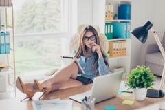 Foto der natürlichen Größe eleganten Geschäftsdamenrechtsanwalts, der in ihrem O sitzt Lizenzfreies Stockbild