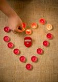 Foto der Person dekorative Kerzen um Ring im Kasten beleuchtend Lizenzfreies Stockfoto