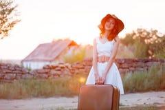 Foto der schönen jungen Frau mit Koffer auf dem wunderbaren Lizenzfreie Stockfotografie