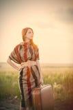 Foto der schönen jungen Frau mit Koffer auf der Straße nahe FI Stockbilder