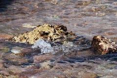 Foto der schönen klaren Seeozean-Wasseroberfläche mit Kräuselungen und des hellen Spritzens auf dem Meerblickhintergrundschlagen Lizenzfreies Stockfoto