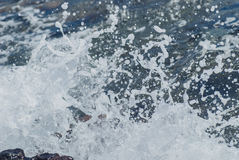 Foto der schönen klaren Seeozean-Wasseroberfläche mit Kräuselungen und des hellen Spritzens auf Meerblick verwischte Hintergrund Lizenzfreie Stockbilder