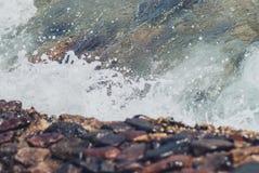 Foto der schönen klaren Seeozean-Wasseroberfläche mit Kräuselungen und des hellen Spritzens auf Meerblickhintergrund Lizenzfreie Stockbilder