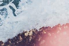 Foto der schönen klaren Seeozean-Wasseroberfläche mit Kräuselungen und des hellen Spritzens auf Steinmeerblick verwischt Stockbilder