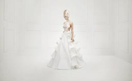 Foto der schönen Kunst einer träumerischen Blondine stockfoto