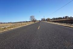 Foto der Straße im Bauernhofbereich in Colorado Stockfotografie