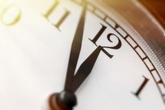 Foto der Uhr fünf Minuten zum Mittag zeigend Lizenzfreies Stockbild