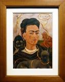 Foto der ursprünglichen Malerei 'Selbstporträt mit kleinem Affen 'durch Frida Kahlo stockbild