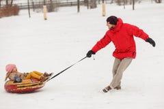 Foto der Vatertanzentochter auf Schläuche am Winternachmittag stockfotografie