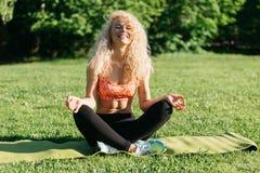 Foto des übenden Yoga des jungen Athleten auf Wolldecke Lizenzfreies Stockfoto