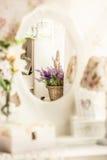 Foto des Bündels Lavendels reflektierend im provance redete Spiegel an Stockfotos