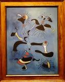 Foto des berühmten ursprünglichen Malerei ` Vögel und Insekten ` durch Joan Miro Stockbild