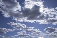 Foto des blauen Himmels mit Wolken am sonnigen Tag, des Himmels mit Wolken und der Sonne Stockbilder