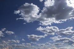 Foto des blauen Himmels mit Wolken am sonnigen Tag, des Himmels mit Wolken und der Sonne Stockfotos