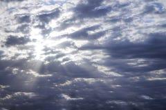 Foto des blauen Himmels mit Wolken am sonnigen Tag, des Himmels mit Wolken und der Sonne strahlt aus Stockbilder