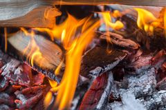 Foto des brennenden Brennholzes im Feuer stockfotografie