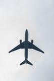 Foto des Flugzeuges im Himmel Stockfoto
