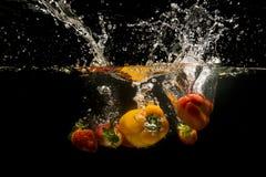Foto des Gemüses fallen gelassen unter Wasser Lizenzfreie Stockbilder