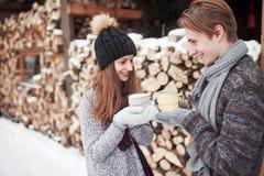 Foto des glücklichen Mannes und der hübschen Frau mit den Schalen im Freien im Winter Winterurlaub und Ferien Weihnachtspaare von Stockbild