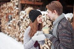 Foto des glücklichen Mannes und der hübschen Frau mit den Schalen im Freien im Winter Winterurlaub und Ferien Weihnachtspaare von Lizenzfreie Stockbilder
