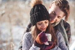 Foto des glücklichen Mannes und der hübschen Frau mit den Schalen im Freien im Winter Winterurlaub und Ferien Weihnachtspaare von Stockfotos