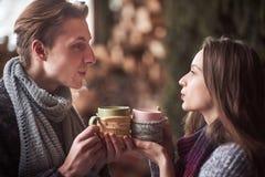 Foto des glücklichen Mannes und der hübschen Frau mit den Schalen im Freien im Winter Winterurlaub und Ferien Weihnachtspaare von Lizenzfreies Stockfoto
