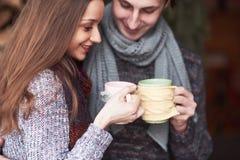 Foto des glücklichen Mannes und der hübschen Frau mit den Schalen im Freien im Winter Winterurlaub und Ferien Weihnachtspaare von Lizenzfreies Stockbild