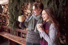 Foto des glücklichen Mannes und der hübschen Frau mit den Schalen im Freien im Winter Winterurlaub und Ferien Weihnachtspaare von Lizenzfreie Stockfotos