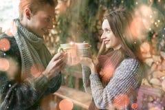 Foto des glücklichen Mannes und der hübschen Frau mit den Schalen im Freien im Winter Winterurlaub und Ferien Weihnachtspaare von Lizenzfreie Stockfotografie