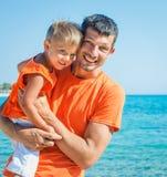 Foto des glücklichen Vaters und des Sohns auf dem Strand Lizenzfreie Stockbilder