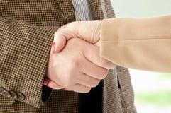 Foto des Händedrucks der Teilhaber nach auffallendem Abkommen Stockfotografie