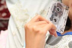 Foto des Haltens einer Kassette, Version 1 Lizenzfreie Stockbilder
