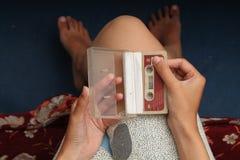 Foto des Haltens einer Kassette, Version 5 Stockfoto