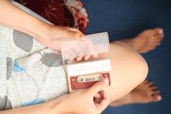 Foto des Haltens einer Kassette, Version 6 Stockfotografie