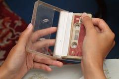 Foto des Haltens einer Kassette, Version 7 Stockbild