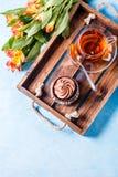 Foto des hellen Frühstücks, schwarzer Tee, cupkake Lizenzfreie Stockbilder