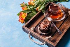 Foto des hellen Frühstücks, schwarzer Tee, Muffin Lizenzfreie Stockbilder