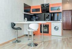 Foto des hellen Küchenraumes lizenzfreie stockfotos