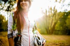 Foto des jungen Athleten mit Fahrradsturzhelm am Herbstwald Stockfotografie