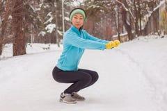 Foto des jungen Athletenmädchens auf Morgenübung im Winter stockfoto