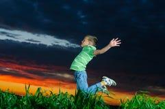 Foto des jungen Jungen Hände springend und anhebend lizenzfreie stockbilder