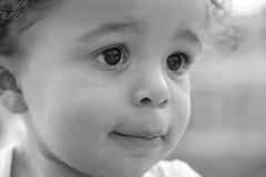 Foto des Jungen in Schwarzem u. im Weiß Stockfotografie